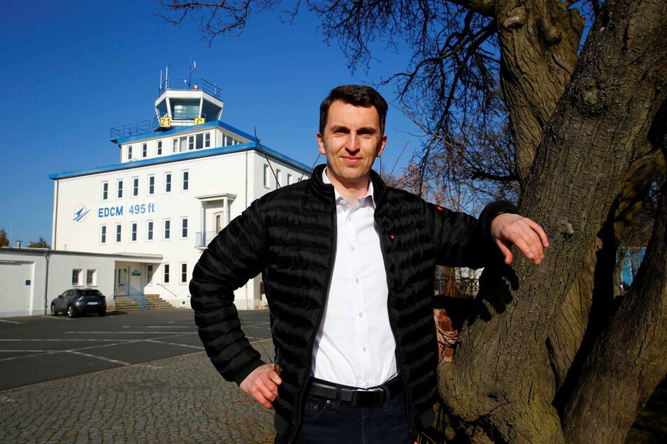 Thomas Ernstberger will auf dem Flugplatz in Kamenz das autonome und elektrische Fliegen voranbringen. Er ist Geschäftsführer des Unternehmens AEF, das im Sommer in den Tower ziehen will.