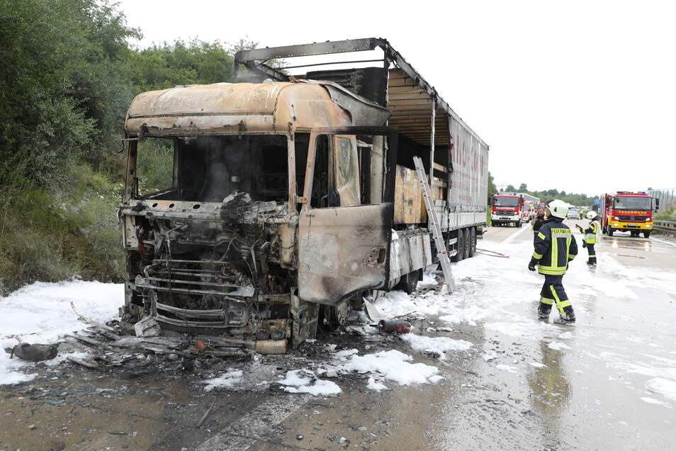 Während der Fahrt geriet der Lkw in Brand. Der Fahrer konnte sich noch aus dem Fahrzeug retten, bevor es komplett ausbrannte.