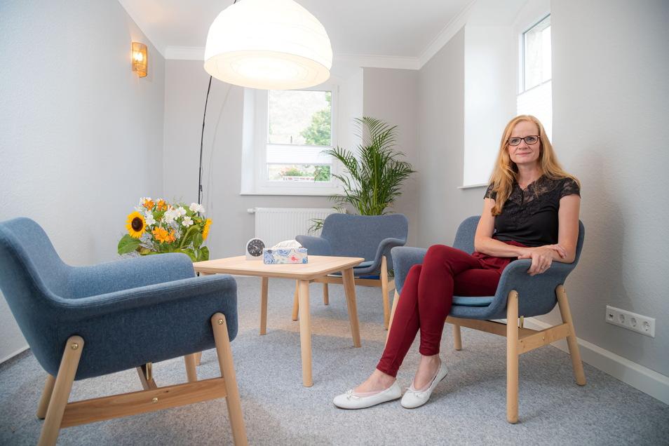 """Psychologin Beate Krüger sitzt in einem ihrer neuen Praxisräume in Nieder Seifersdorf. Dass alle Wände grau gestrichen sind, hat nichts mit Psychologie zu tun. """"Mir gefällt die Farbe grau, sie ist neutral"""", sagt die 43-Jährige zur Farbauswahl."""