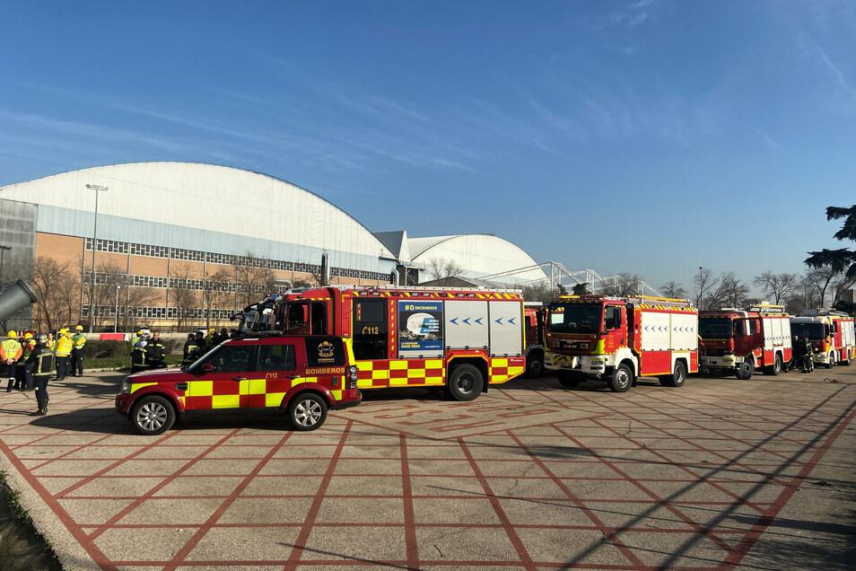 Rettungskräfte warteten auf dem Flughafen Barajas auf die Notlandung des Fluges AC837 von Air Canada.