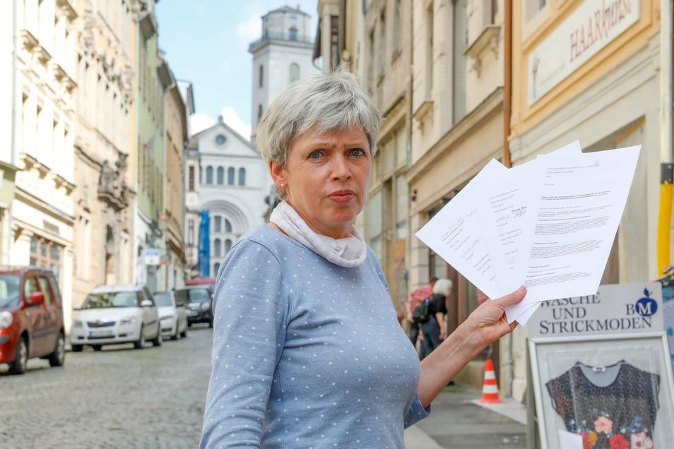 Händlerin Bärbel Michel sammelt Unterschriften gegen die Planung der laufenden Baustelle auf der Inneren Weberstraße in Zittau.