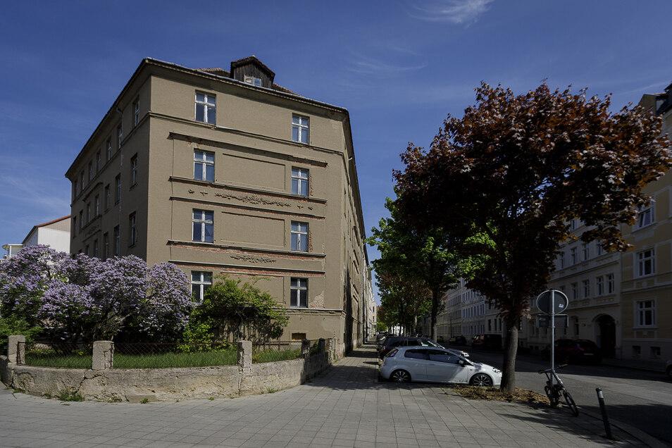 Im Eckhaus Gutenbergstraße 1 in der Südstadt hat jetzt die Entkernung begonnen. Die neuen Mieter sollen im Herbst 2021 in das bis dahin sanierte Gebäude einziehen können.