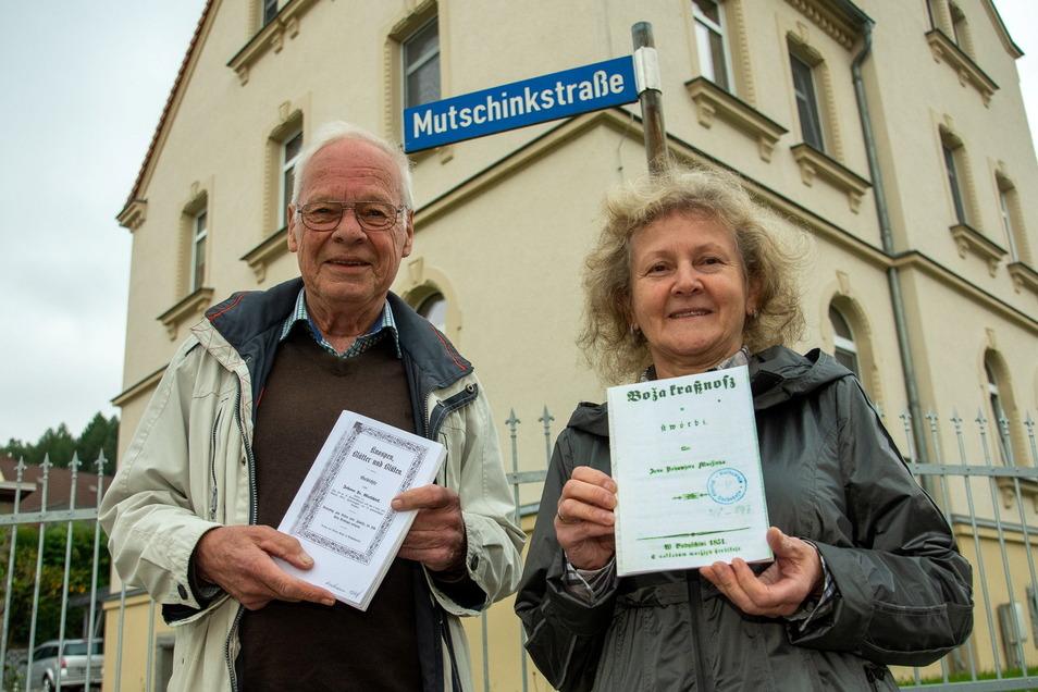 Zum 200. Geburtstag des ersten Lehrers von Demitz-Thumitz, Johann Traugott Mutschink, organisieren Gästeführer Jörg Nadolny und die ehemalige Bürgermeisterin Gisela Pallas eine Veranstaltung. Im Ort selbst erinnert nur das Straßenschild an Mutschink.