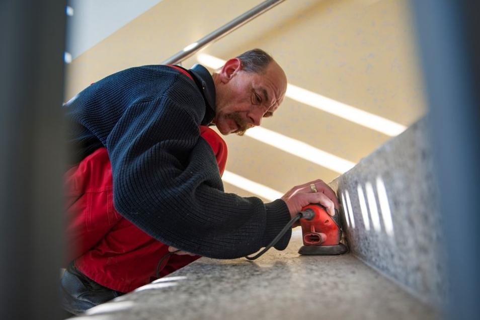 Feinschliff: Jens Döring schleift die Treppen ab und befreit sie so vom groben Schmutz.