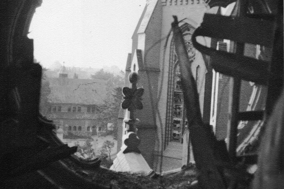Blick durch die zerstörte Fensterrosette Ostseite Turm auf das nördliche Querhaus der Jakobus-Kirche und zur Heilig-Geist-Kirche