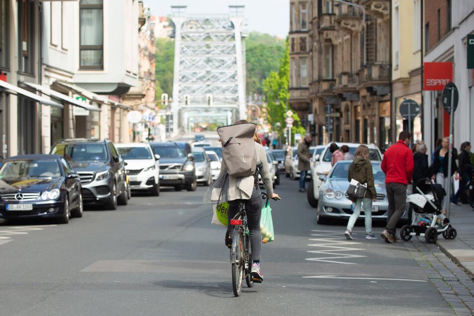 Der Radfahrstreifen wird durch Parkplätze unterbrochen. Das sei gefährlich, so der ADFC.