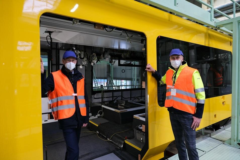 Die DVB-Vorstände Lars Seiffert (rechts) und Andreas Hemmersbach haben sich bei einem Besuch in Bautzen über die Arbeiten an der ersten neuen Bahn informiert.