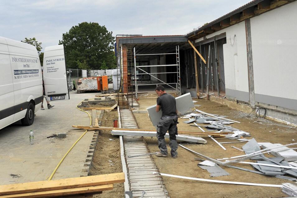 Die Lidl-Filiale in Boxberg wird erweitert. Mitarbeiter einer Abrissfirma aus Dresden entsorgen Bauteile aus den alten Nebenräumen.
