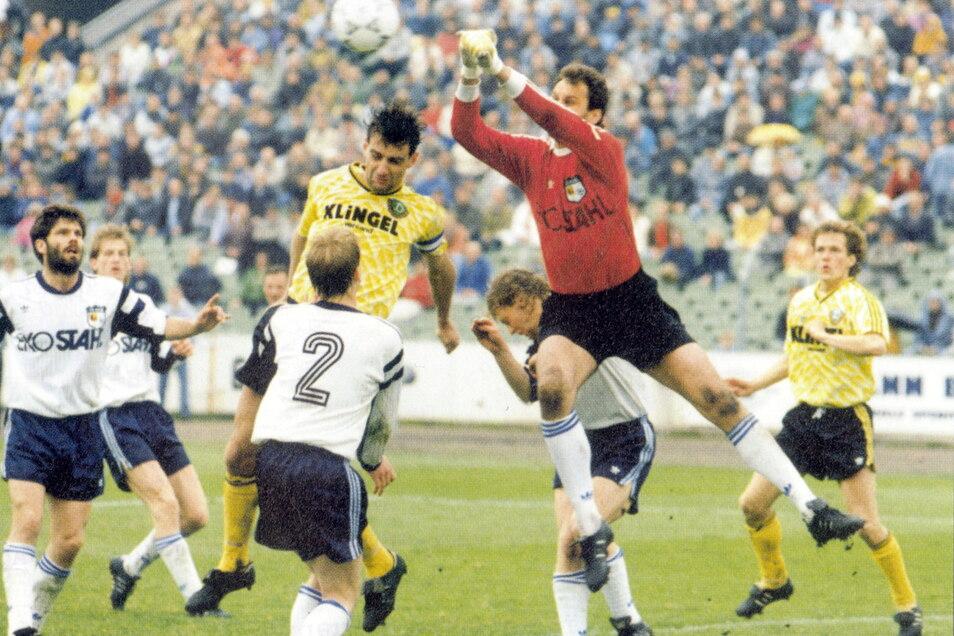 Ralf Minge in seinem letzten Spiel für Dynamo: Am 25. Mai 1991 spielen die Dresdner zu Hause gegen Stahl Eisenhüttenstadt - mit Torwart Bodo Rudwaleit - 3:3 unentschieden. Die Qualifikation für die Bundesliga ist schon vorher perfekt.