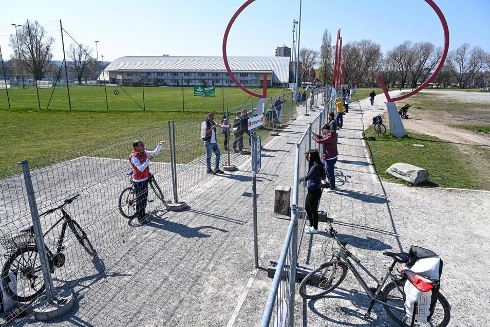 Menschen treffen sich an der Deutsch-Schweizer Grenze zwischen Konstanz und Kreuzlingen.