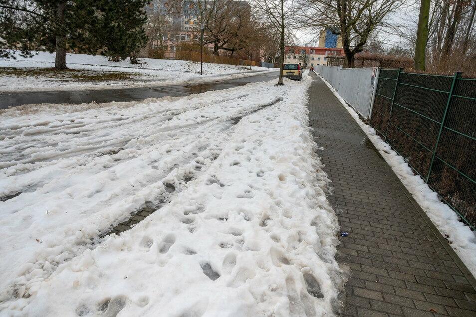 Vor der 3. Grundschule sorgten Anfang der Woche die Schneereste am Straßenrand für Ärger.