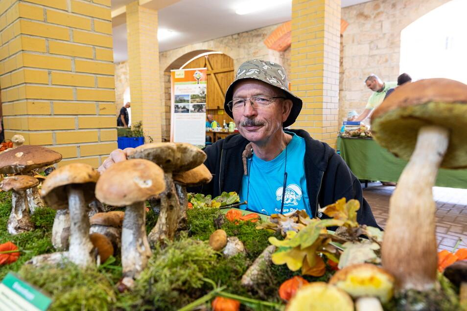 Pilzberater Gunter Redwanz steht hier in der Pilzausstellung, die am Sonntag im Lindenhof in Ulberndorf zu sehen war.