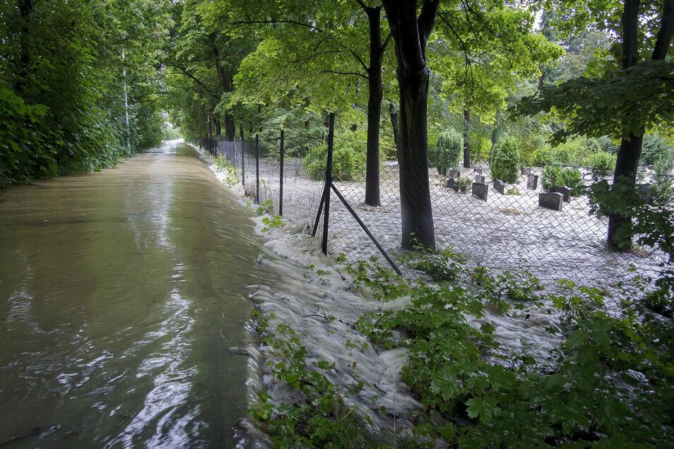 Der Friedhof in Hagenwerder wurde von Osten her überflutet: Das Wasser kam über den Neiße-Radweg.