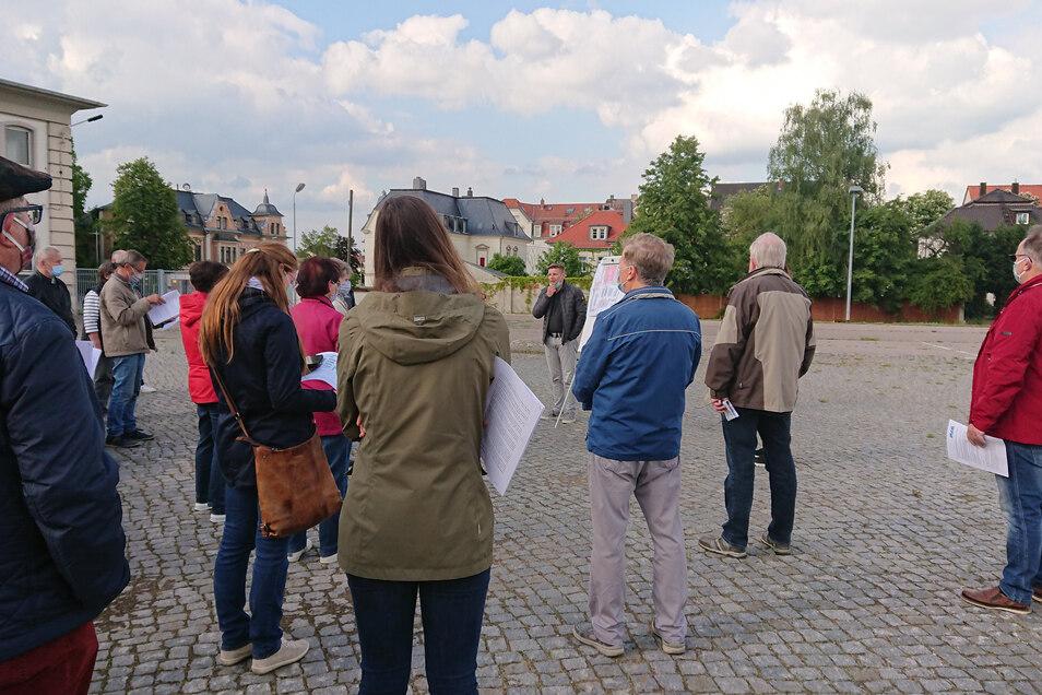 Bei einer Anwohnerversammlung erklärten Verantwortliche für die Edeka-Pläne in Riesa das Vorhaben.