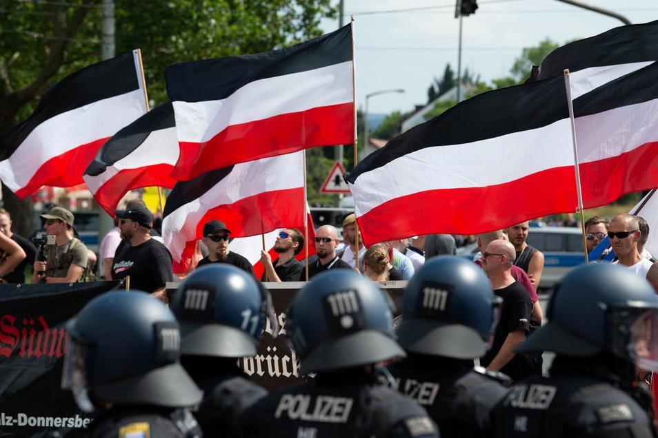 """Kassel: Anhänger der rechtsextremen Kleinstpartei """"Die Rechte"""" lassen bei der Demonstration ihre Fahnen wehen."""