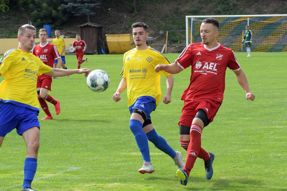 Zum Saisonauftakt hat der VfB Leisnig (rote Trikots) das Derby beim BC Hartha gewonnen. Nun geht es gegen den Döbelner SC.