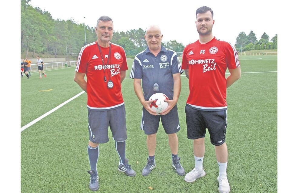 Der neue Cheftrainer Philipp Goltzsch mit seinen Co-Trainern René Grote und Perry Franke (von rechts). Unterstützt wird das Trio von Torwarttrainer Felix Wothe und Fitnesstrainerin Sophia Rößler.