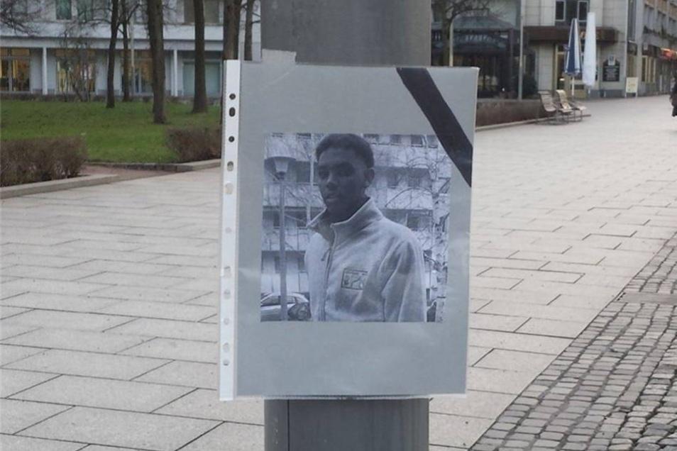 Das mit Trauerflor geschmückte Foto soll den getöteten Khaled I. zeigen.