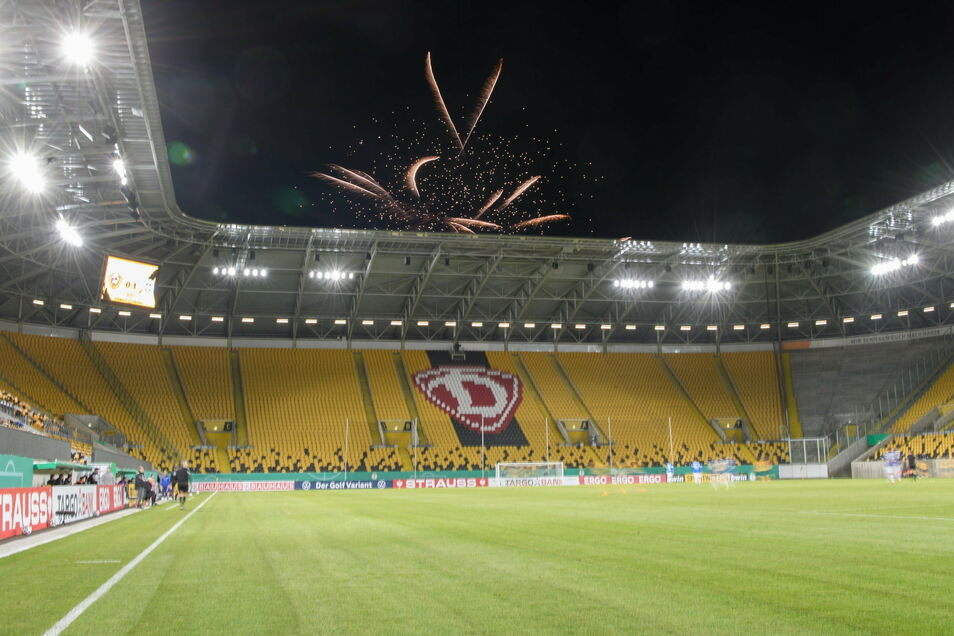 Hinter dem Stadion wird bei Beginn der zweiten Halbzeit ein Feuerwerk gezündet.