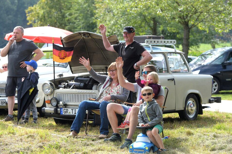 Trabi-Fans begrüßen die Teilnehmer der Rallye an der Straße in Ostritz sehr freundlich.