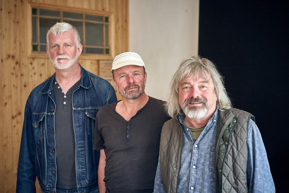 Peter Braukmann (rechts)  und Bernd Pakosch (links) nehmen Tilo Schiemenz  in ihre Mitte. Das Foto entstand bei einem Mitsing-Abend mit deutschen Volksliedern in Meißen, den die drei gemeinsam organisiert hatten.