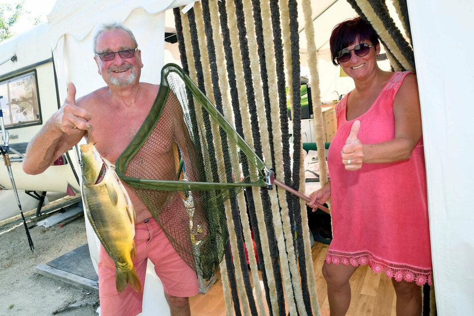 Für Walfried Ahlgrimm (69) und Simone Staude (68) aus Dresden ist vor allem die Möglichkeit wichtig, in Zeischa angeln zu können. Während seines Aufenthaltes hat der leidenschaftliche Angler Walfried Ahlgrimm jeden Tag bis zu zwei Karpfen gefischt. Das An