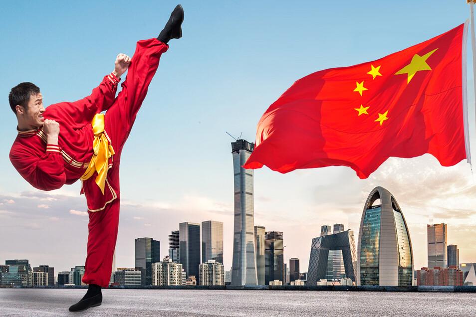 Spannung und Entspannung: Schattenboxen vor Peking-Kulisse und China-Flagge.