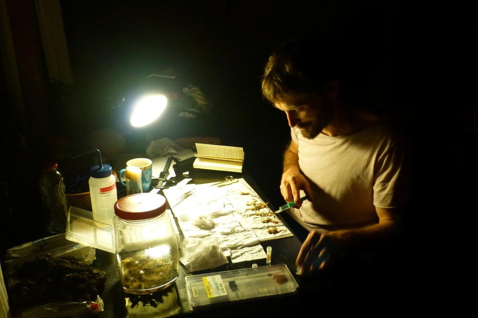 Raffael Ernst bei der nächtlichen Arbeit im Rahmen einer Expedition.