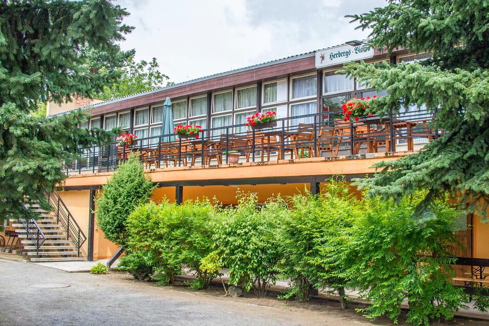 Im Anbau befinden sich neben 15 Betten auch ein großer Klubraum.