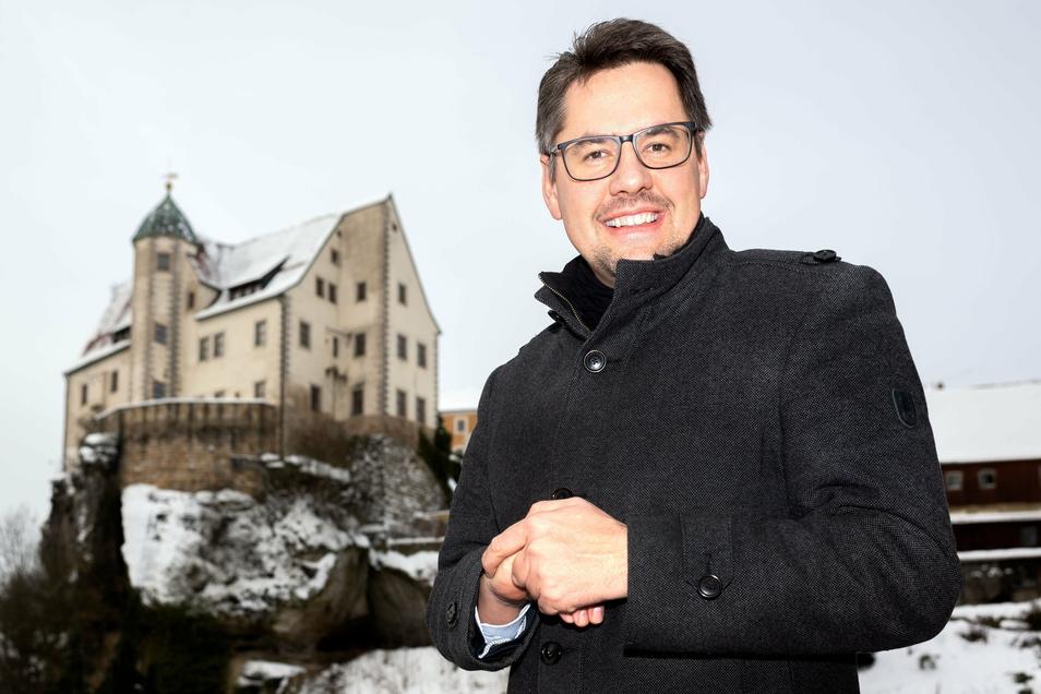 Hohnsteins Bürgermeister Daniel Brade (SPD) vor der malerischen Kulisse der Burg Hohnstein.