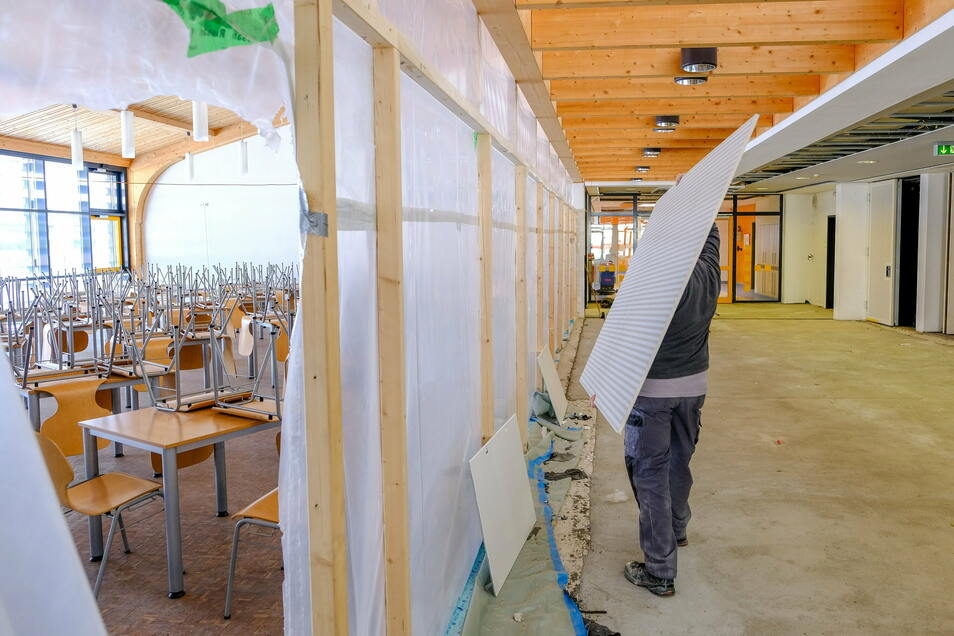 Die letzten Arbeiten zur Sanierung des Wasserschadens in der Radeburger Grundschule laufen auf Hochtouren.