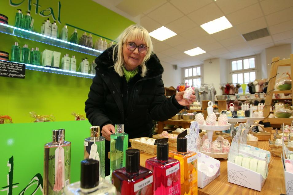 Sobald es möglich ist, öffnet Astrid Heinrich das Geschäft Aqua Vital an der Bäckerstraße wieder. Allerdings nur für einen kurzen Zeitraum. Dann schließt sie den Laden für immer.