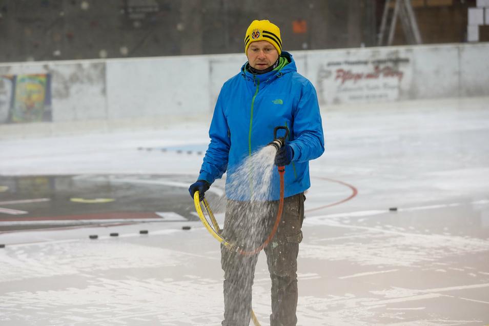 In der Jonsdorfer Eisarena wird dem Winter nachgeholfen. Daniel Schwarzbach lässt gerade wieder die Eisdecke wachsen. Am Sonnabend startet die Eissaison.