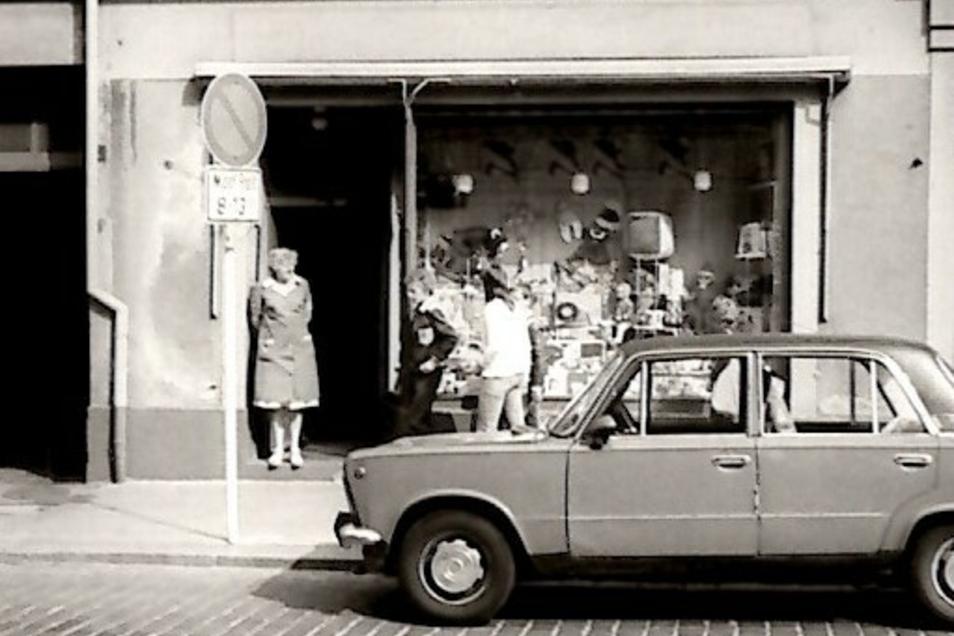 Tom Langenfelds Großmutter Marianne in der Ladentür.