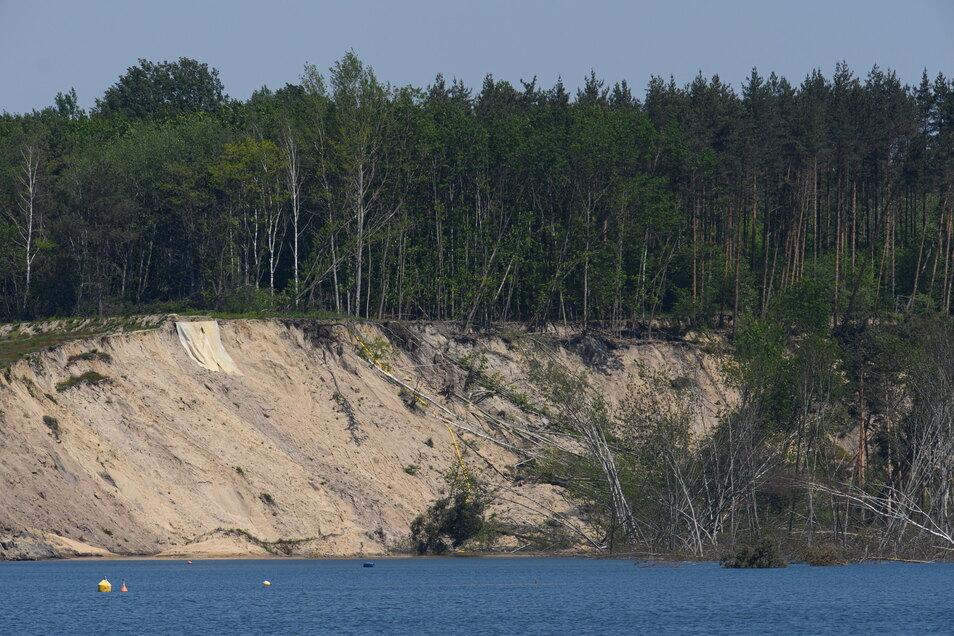 Bei Vorbereitungsarbeiten im Rahmen der laufenden Ufersanierung ist es am Knappensee im Landkreis Bautzen zu einem Erdrutsch gekommen.