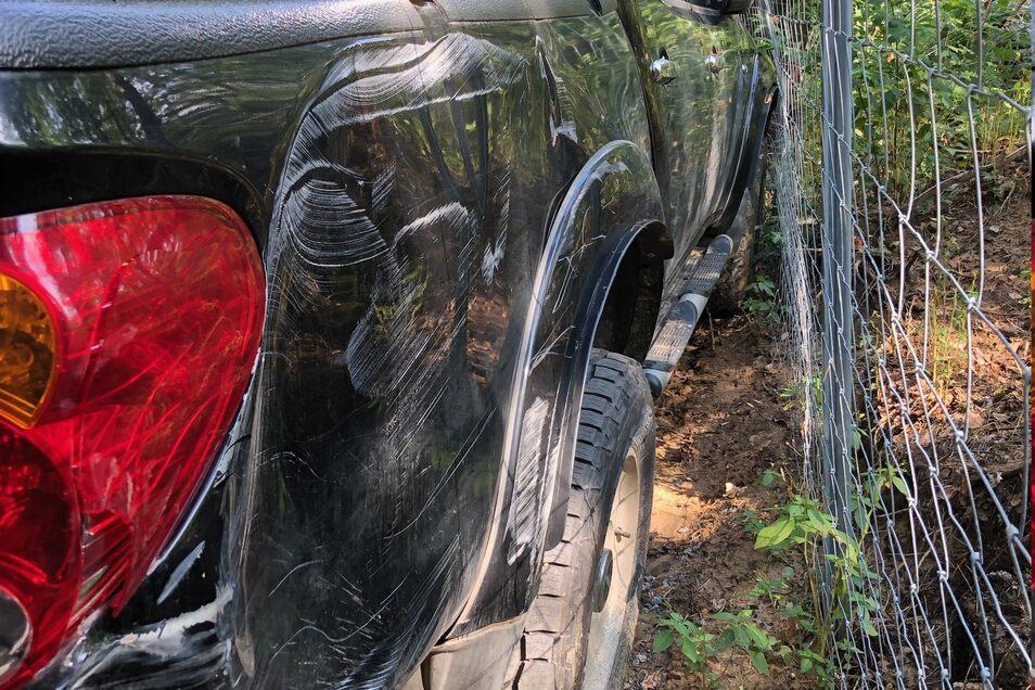 Kürzlich haben Diebe die Firmenfahrzeuge ramponiert. Eines davon benutzen sie, um Sachen vom Gelände zu ihrem Fahrzeug zu transportieren. Zurück blieben Beulen und Kratzer.