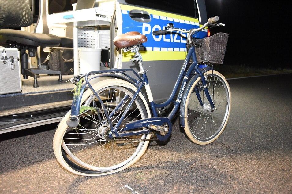 Die Frau wurde nach dem Unfall in ein Krankenhaus gebracht. Das Fahrrad wurde von der Polizei sichergestellt.