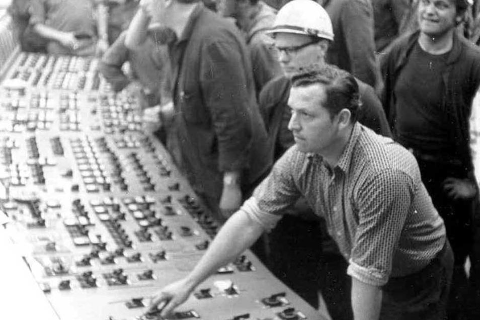Der historische Augenblick, in dem im Mai 1971 um 19.38 Uhr das Kraftwerk Boxberg durch Schaltmeister Lothar Söldner (vorn) erstmals an das Netz ges