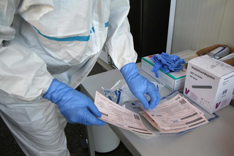 Ein PCR-Test wird nach einem Abstrich für den Versand ins Labor fertiggemacht. An der Aussagekraft dieses Tests zweifeln nicht nur Laien, sondern auch einige medizinische Fachkräfte.