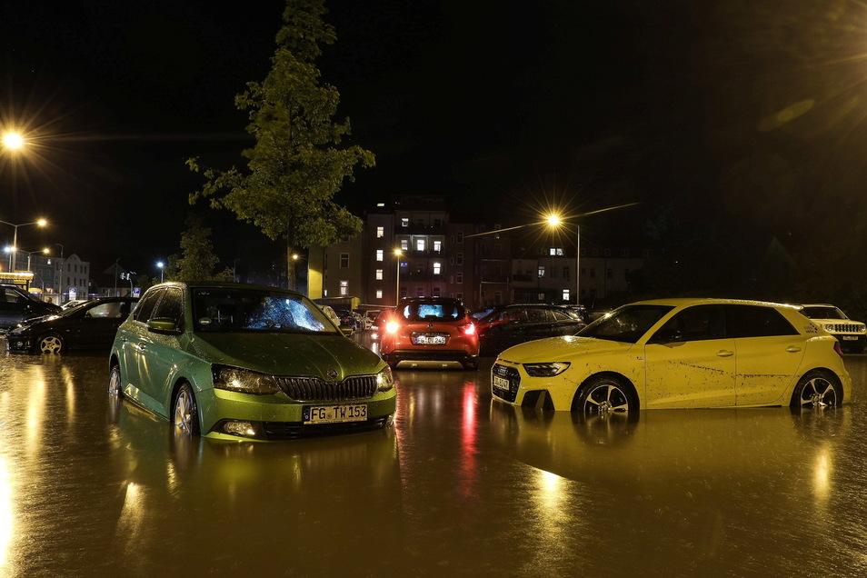 Einige Pkw wurden durch die Wassermassen verschoben und sind gegen andere Autos gekracht.