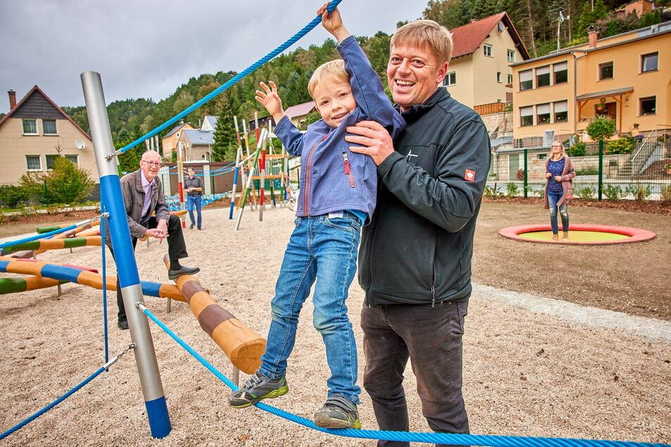 ... testet mit Papa Jens Hickmann die Seile ...
