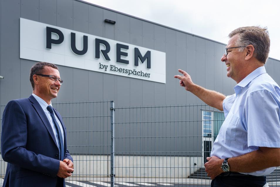 Zur Enthüllung des neuen Markennamens Purem by Eberspächer begrüßte das Team von Ebernspächer vor Ort Wilsdruffs Bürgermeister Ralf Rother (links) und Dr. Thomas Waldhier, CEO von Purem by Eberspächer.