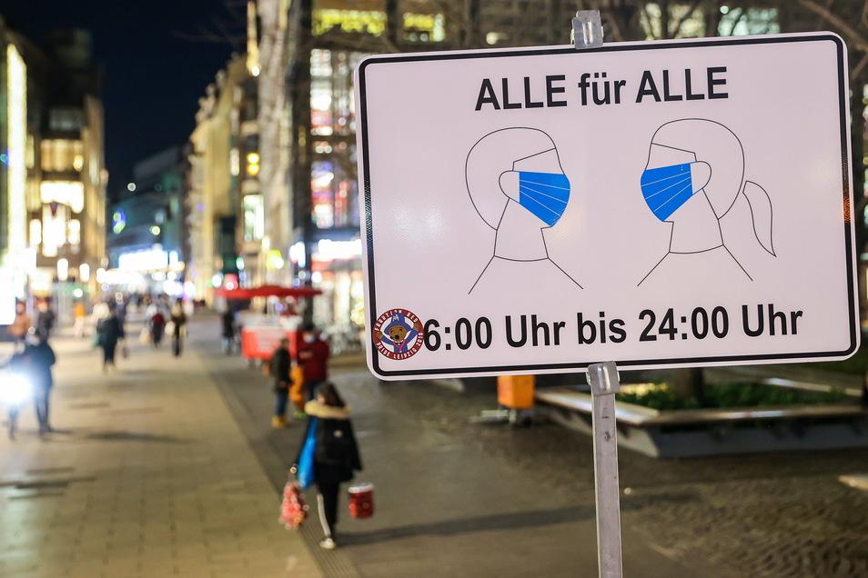 Ein Schild weist auf die Maskenpflicht in der Leipziger Innenstadt hin. In Sachsen breitet sich zurzeit das Coronavirus besonders schnell aus. Daher gelten nun schärfere Maßnahmen, unter anderem Ausgangsbeschränkungen.