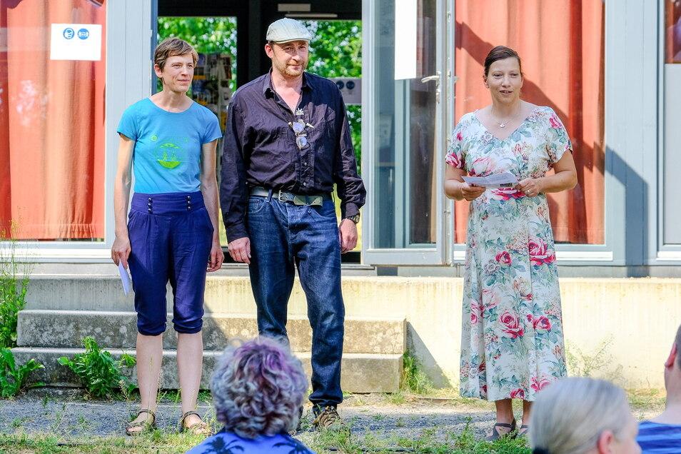 Gundula Bleul (r.) eröffnet den Kunstsommer in Friedewald, hier mit Alexandra Wegbahn und Michael Melerski.