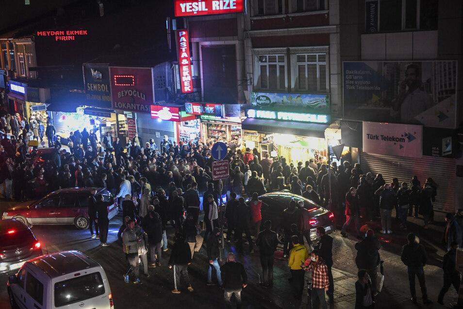 Istanbul: Menschen versammeln sich vor einem Laden, um Lebensmittel einzukaufen.