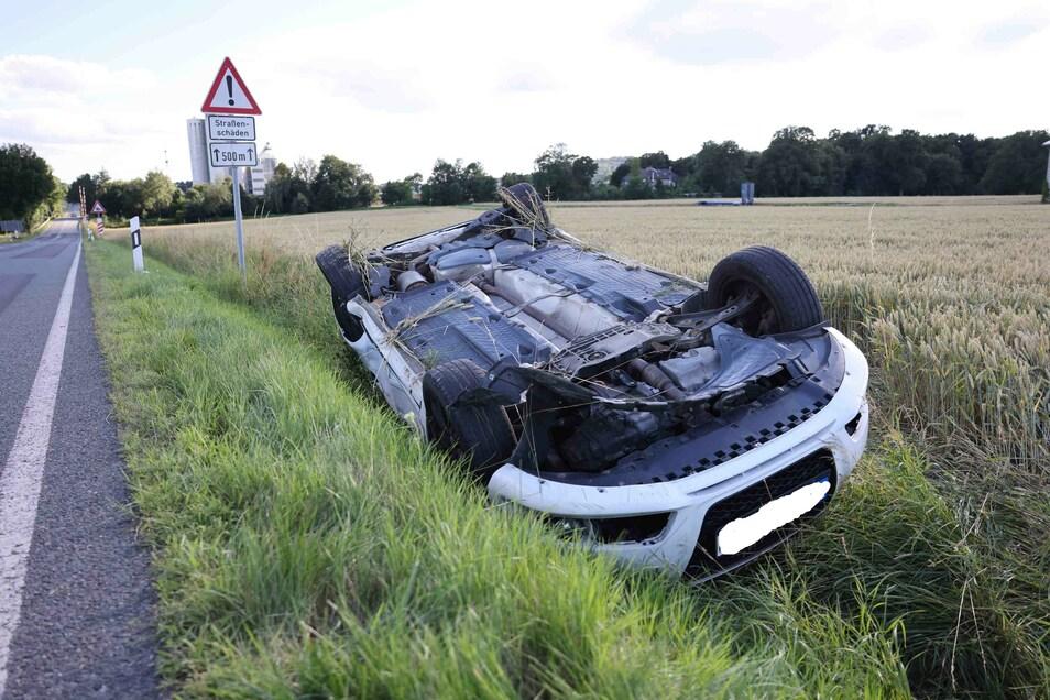 Der Audi A3 landete nach dem Unfall kopfüber im Feld.
