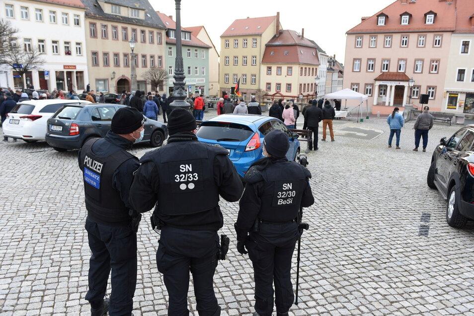 Bei der Kundgebung in Leisnig hatte die Polizei aufgefordert, die bestehenden Regeln einzuhalten, auf ein Eingreifen aber verzichtet.