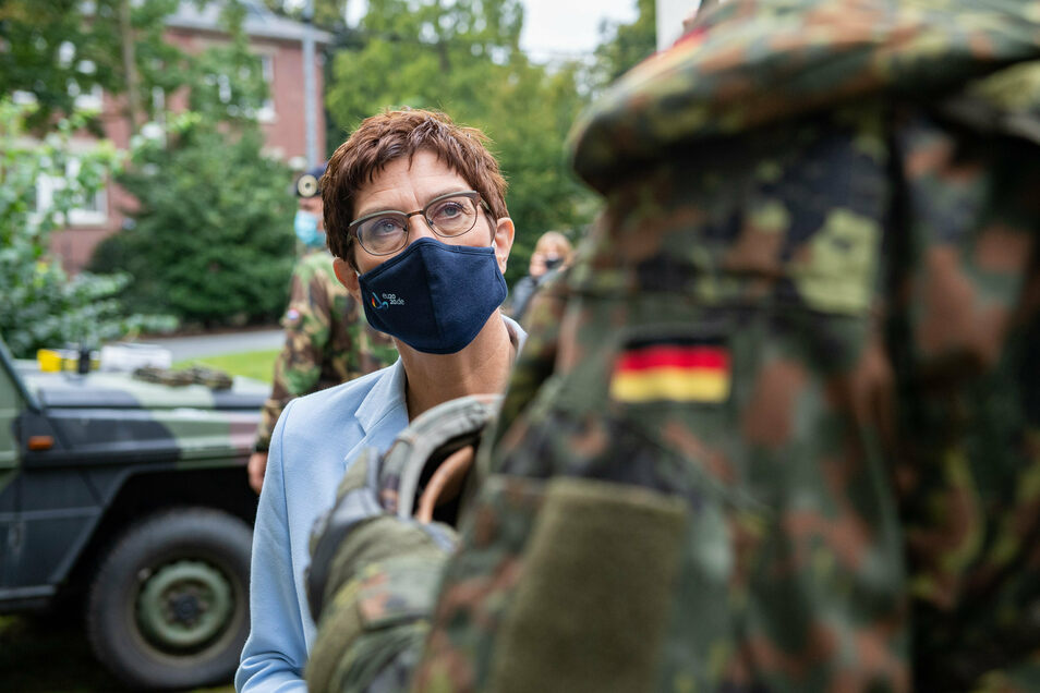 Verteidigungsministerin Annegret Kramp-Karrenbauer (CDU), treibt einen Gesetzentwurf zur Rehabilitation Homosexueller in der Bundeswehr voran.