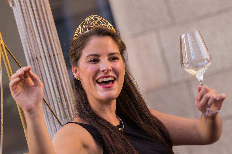 Angelina Vogt, deutsche Weinkönigin, regiert derzeit vom Heimbüro aus und lädt zu einer Weinverkostung mit Goldriesling ein.
