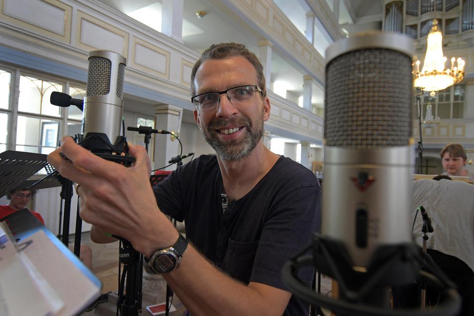Tonmeister Carsten Hundt richtet die Mikrofone der Musiker für die CD-Aufnahme ein.
